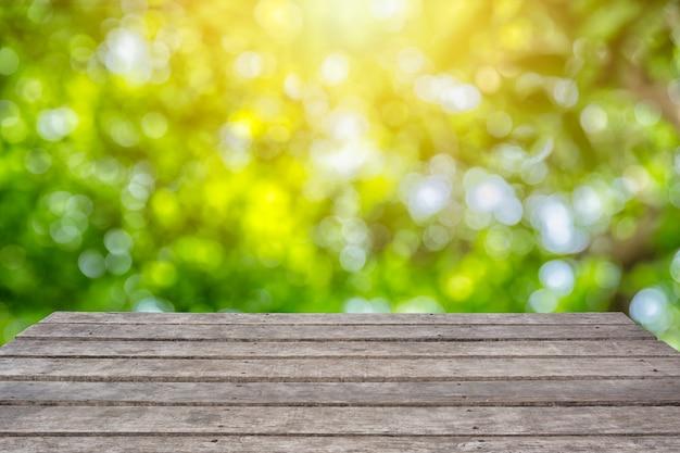 Terre de bois avec parc naturel flou vert