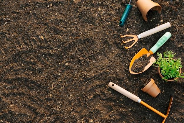 Terre avec un ensemble d'outils composé