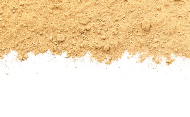 Terre sale sur fond blanc. texture naturelle du sol