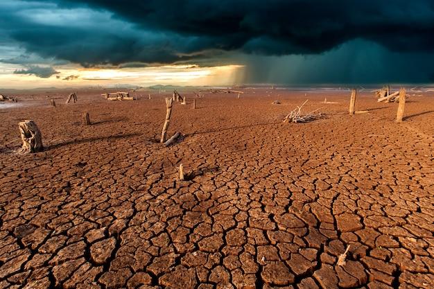 Terre sèche fissurée sans eau. fond abstrait.