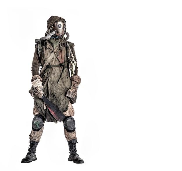 Terrible créature humaine post-apocalyptique, personne a survécu dans un empoisonnement par la pollution, monde post-catastrophe nucléaire portant des lambeaux et un masque à gaz intégral isolé sur fond blanc shoot studio