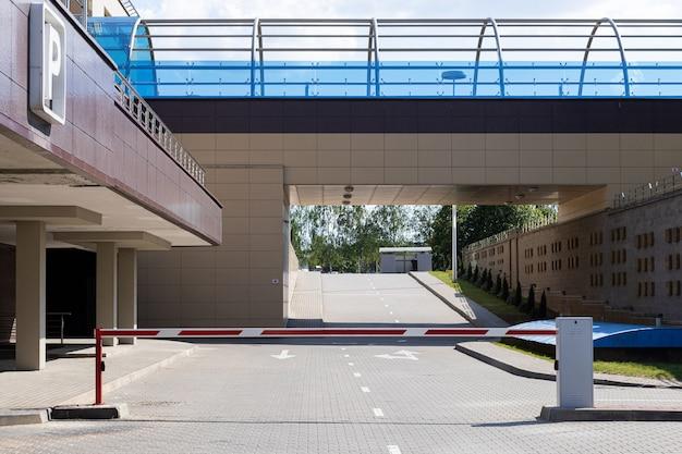 Territoire d'immeuble de bureaux avec parking avec autoroute à péage