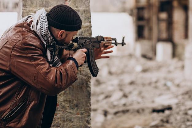 Terroriste avec des armes à feu avec des soldats