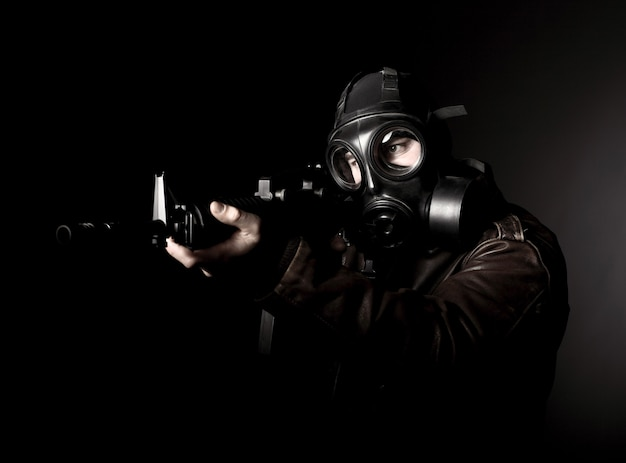 Terroriste avec masque à gaz sur dark