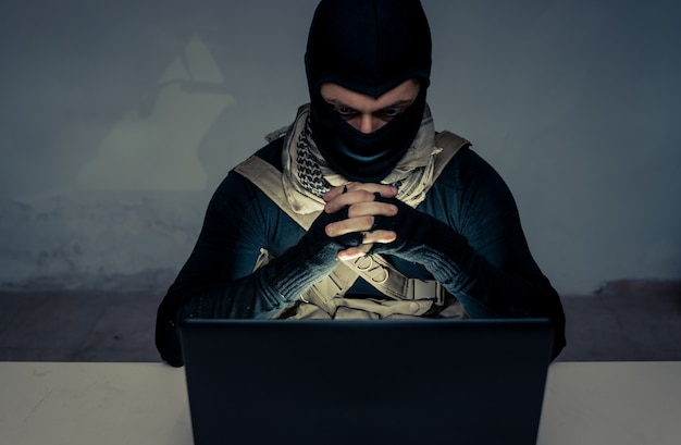 Terroriste travaillant sur son ordinateur