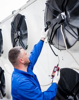 Test avec un anémomètre d'un ventilateur axial du groupe de condensation