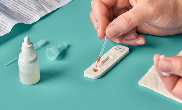 Test covid19 express rapide pour la détection d'anticorps spécifiques contre le nouveau virus corona provoquant la maladie de covid-19.