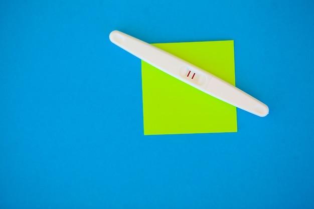 Test de grossesse avec résultat positif
