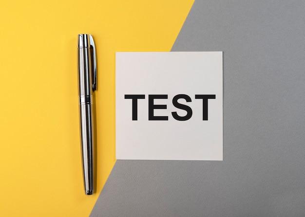 Test de mot sur pense-bête sur fond gris et jaune