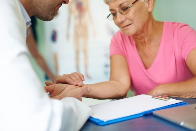 Test de pression dans le cabinet du médecin