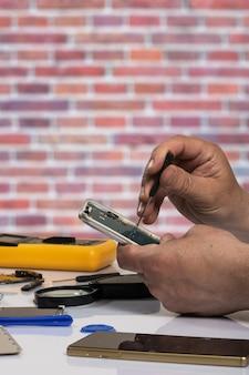 Test et réparation de téléphone portable. pièces de smartphone et outils de récupération, mise au point sélective. copier l'espace