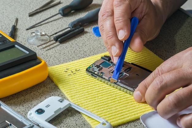 Test et réparation de téléphone portable. pièces de smartphone et outils de récupération, mise au point sélective
