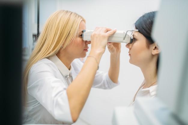 Test de la vue en cabinet d'optique, ophtalmologie