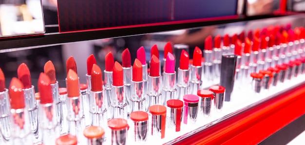 Testeurs de rouge à lèvres dans une vitrine. assortiment de différentes couleurs. format panoramique.