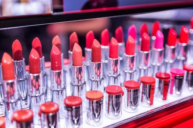 Testeurs de rouge à lèvres multicolores dans le magasin.