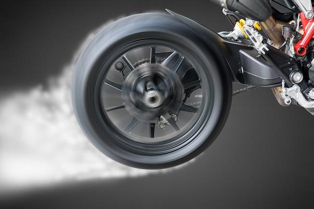 Testez la rotation de la roue et la combustion d'un pneu de moto.
