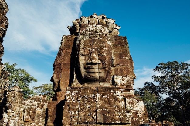 Tête antique dans un temple au cambodge