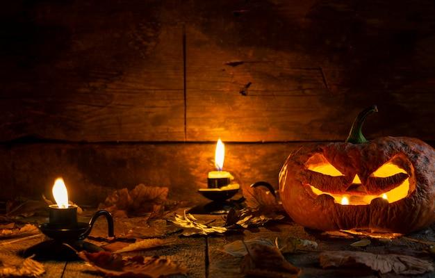 Tête de citrouille halloween laide o lanterne sur table en bois.