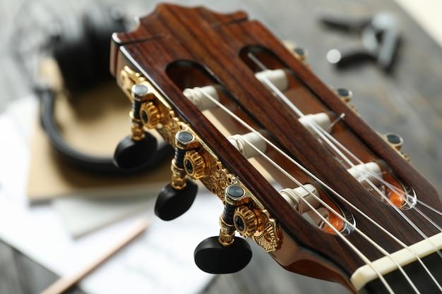 Tête de cou et accessoires de fabricant de musique contre une table en bois, gros plan