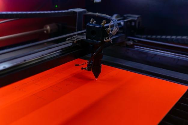 Tête de coupe laser industrielle pendant le fonctionnement