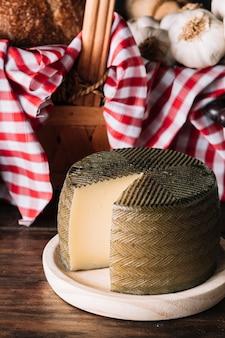 Tête de fromage près du panier