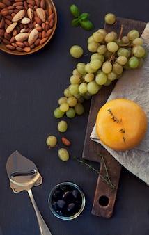 Tête de fromage, raisins verts, amandes et olives