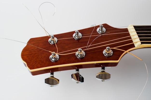 La tête de la guitare acoustique isolée