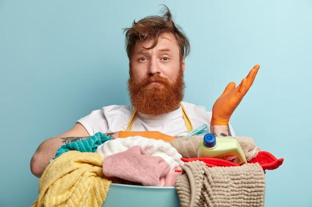 Tête d'hésitant barbu aux cheveux roux lève la main avec doute