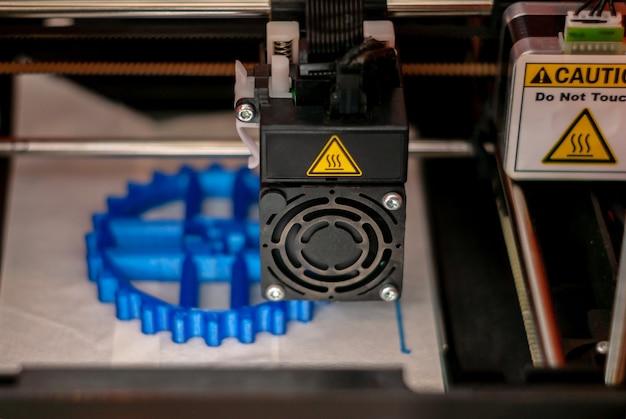 Tête d'impression d'imprimante 3d pendant l'impression du détail du volume
