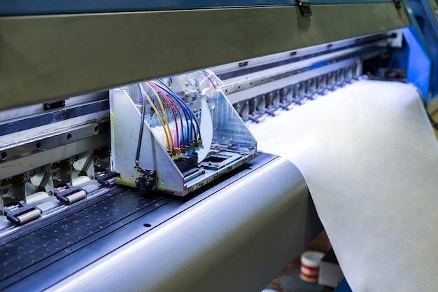 Tête d'imprimante à jet d'encre travaillant sur une bannière en vinyle