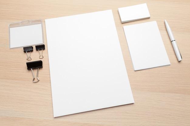 En-tête de lettre et maquette de conception d'identité se bouchent