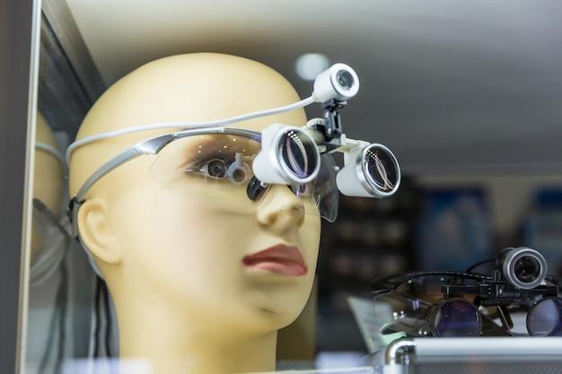 Tête de mannequin de formation médicale, loupe, équipement de médecine professionnelle. technologie de la santé