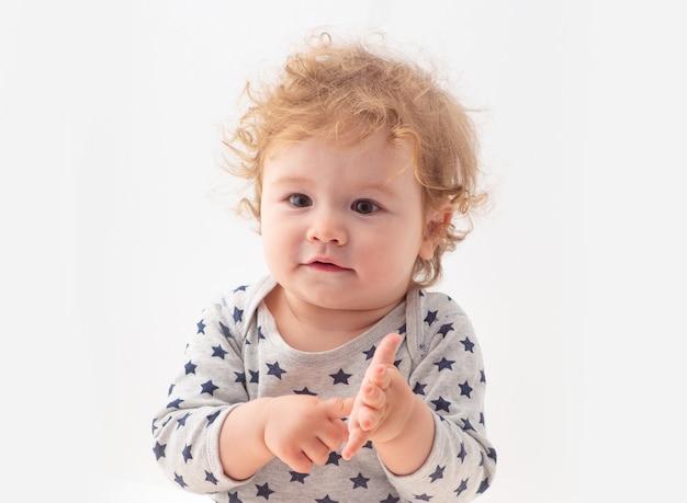 Tête de près. gros coup de tête d'enfant isolé sur blanc. visage d'enfants, portrait de petit garçon.