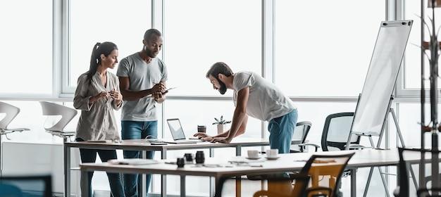 En-tête de site web de portraits d'entreprise de collègues d'équipes commerciales réelles discutant