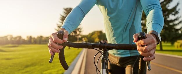 En-tête de site web pour se préparer à rouler sur une photo recadrée d'un coureur cycliste sur route