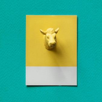 Tête de taureau jaune sur papier