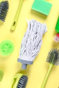 Tête de vadrouille avec divers équipements de nettoyage