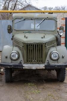Tetyushy, tatarstan/ russie - 02 mai 2019 : retro car gaz-69 près de la maison dans la rue. old vintage car gaz-69 est un camion léger à quatre roues motrices, produit par gaz.