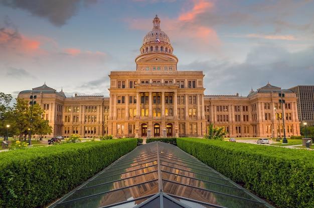Texas state capitol building à austin, tx. au crépuscule