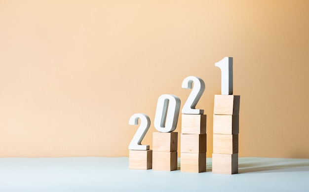 Texte 2021 maquette sur marche en bois sur fond pastel de couleur.