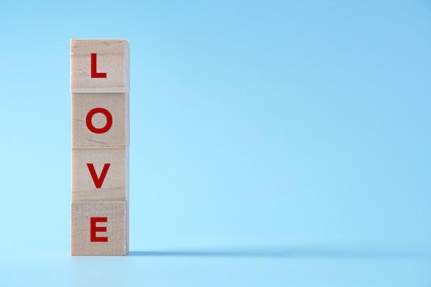 Texte d'amour sur cube de bois, concept de la saint-valentin sur isolé