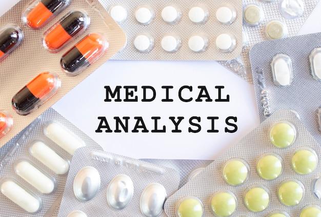 Texte analyse médicale sur fond blanc. il existe différents médicaments. concept médical.
