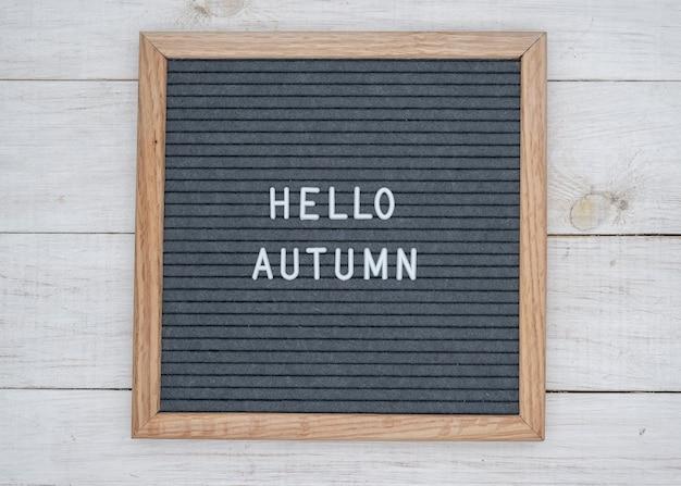 Le texte anglais bonjour l'automne à la lettre du conseil en lettres blanches