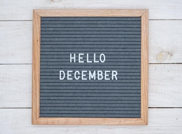 Texte anglais bonjour décembre sur un tableau de lettres en lettres blanches