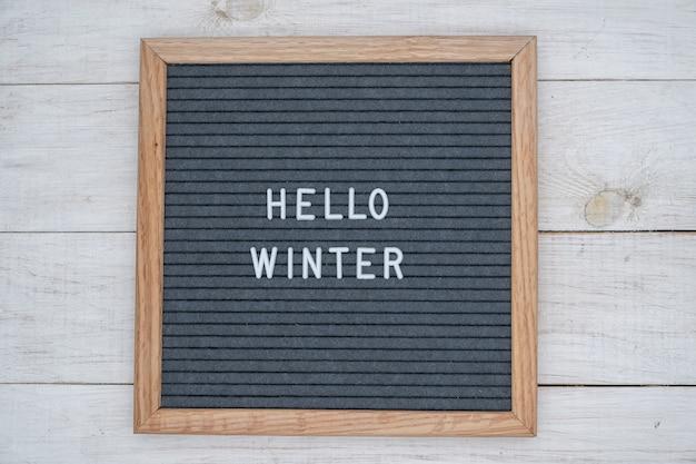 Le texte anglais bonjour l'hiver dans une lettre au conseil en lettres blanches