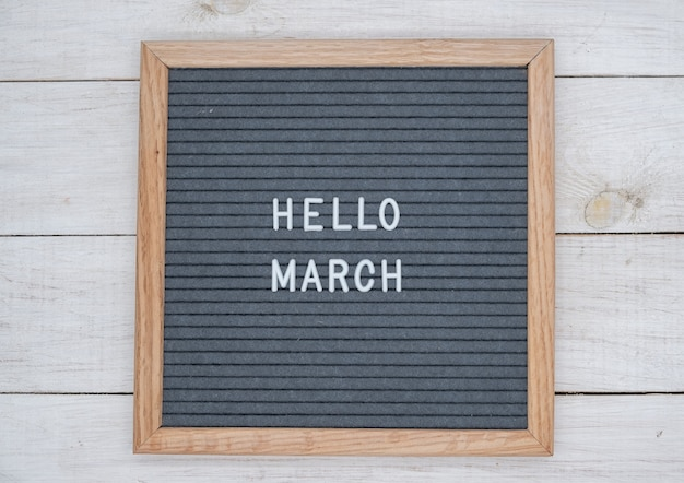 Texte anglais bonjour mars sur un tableau de lettres en lettres blanches