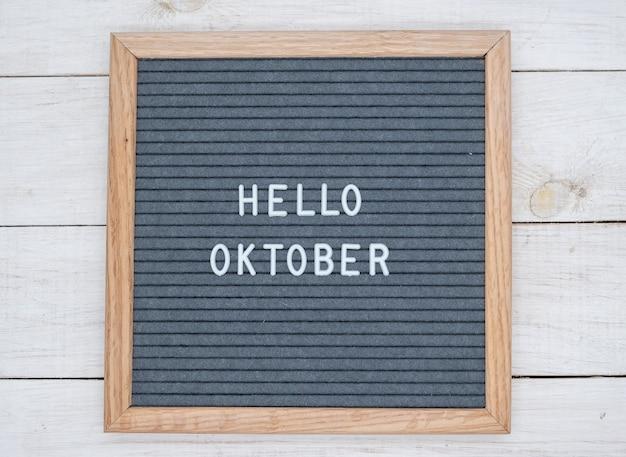Texte anglais bonjour octobre sur un tableau de lettres en lettres blanches