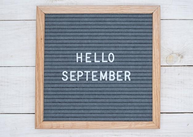 Texte anglais bonjour septembre sur un tableau de lettres en lettres blanches