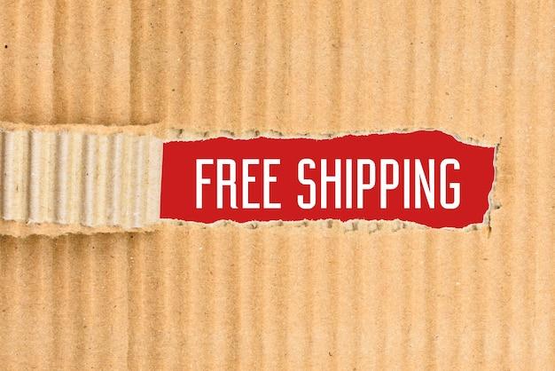 Texte anglais livraison gratuite sur un papier rouge, révélé par un carton déchiré.