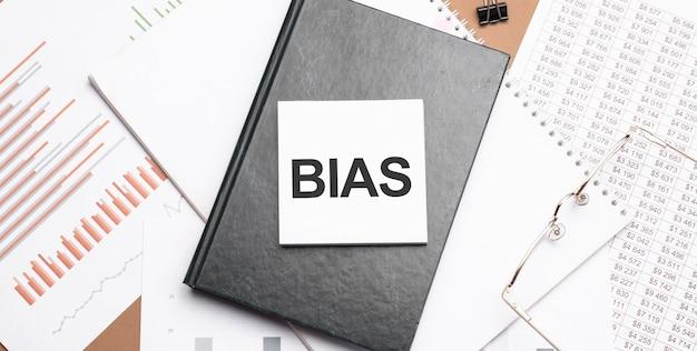 Texte bias sur le bloc-notes avec des outils de bureau